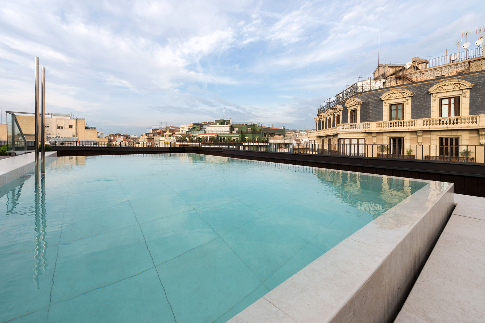 The corner hotel in the eixample with pool and terrace - Barcelone hotel piscine interieure ...